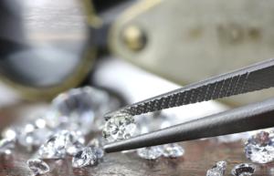 Wert von Diamanten wird im Pfandleihhaus bestimmt
