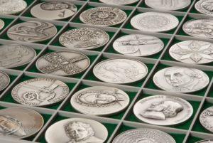 Silbermünzen werden im Pfandleihhaus beliehen