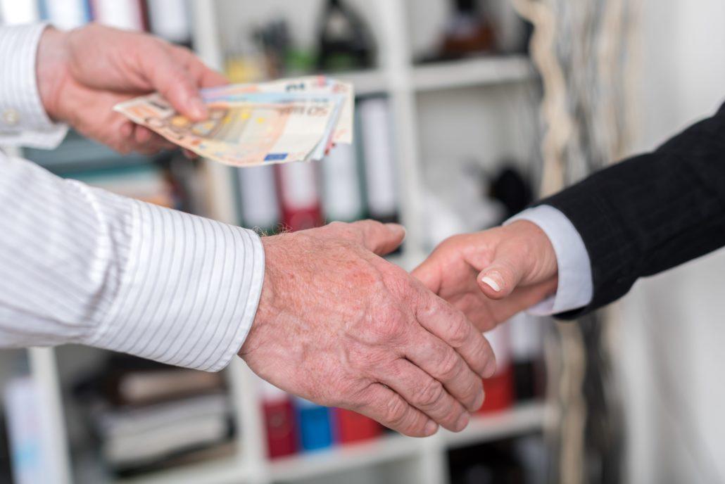 Handschlag bei Geschäftsabschluss im Pfandleihhaus