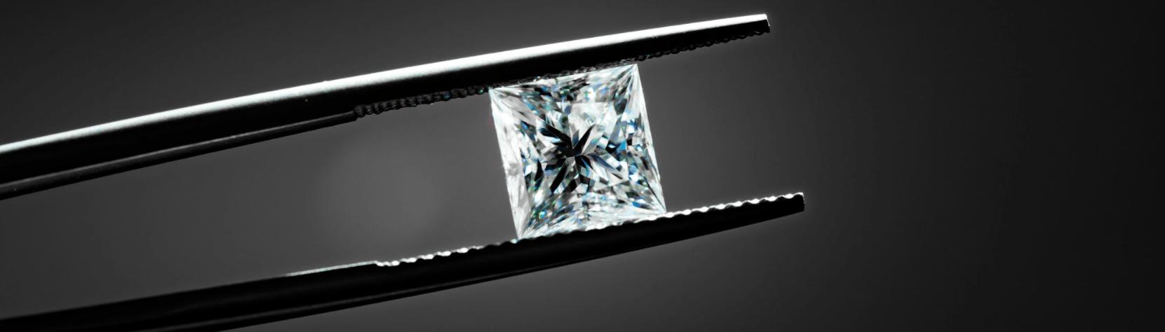 Diamant, der mit einer Pinzette gehalten wird im Leihhaus Hannovera