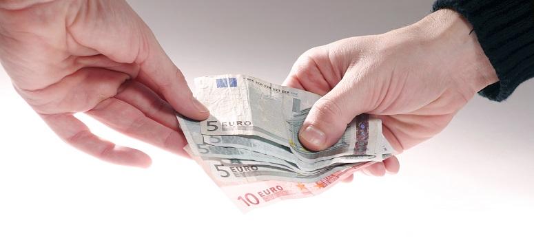 Hände übergeben Geld
