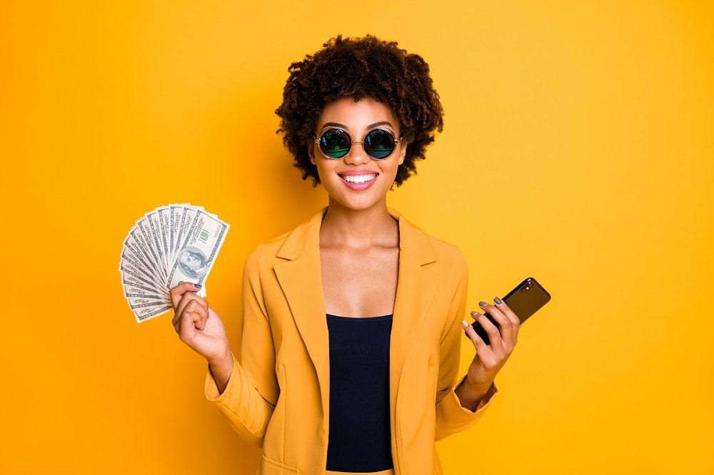 Frau mit Handy und Geld - Handy beleihen Hannover